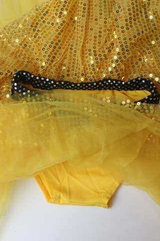 Комплект с пайетками: юбка, топ и перчатки
