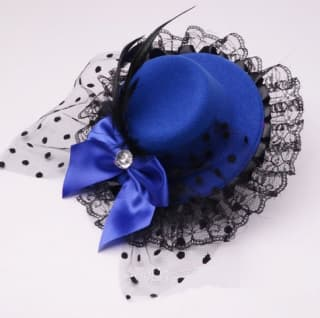 Шляпка-заколка из фетра с оборками и бантиком