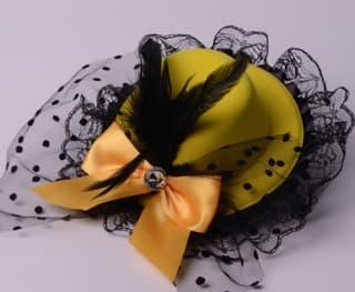 Шляпка-заколка с оборками и бантиком