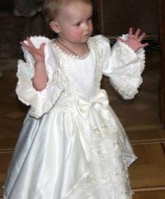 Нарядное белое платье с длинным рукавом